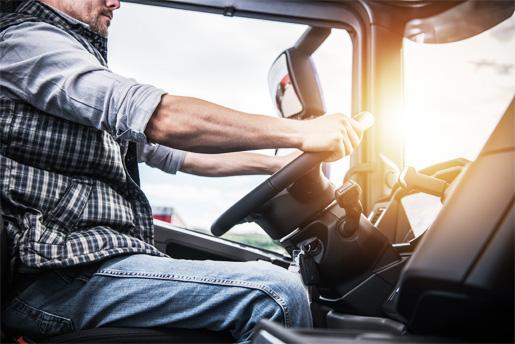 Zdjęcie osoby szkolącej się podczas jazdy samochodem na kategorie C Nauka jazdy Orzeł Kraków